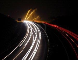 7727925-autostrada-con-sentieri-di-luci-auto-di-notte